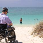 איש בכיסא גלגלים בחוף ים